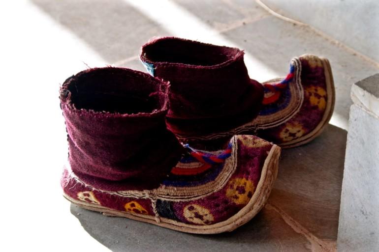 Schuhe ausziehen heißt es auch für die Mönche vor betreten eines tibetischen Tempels