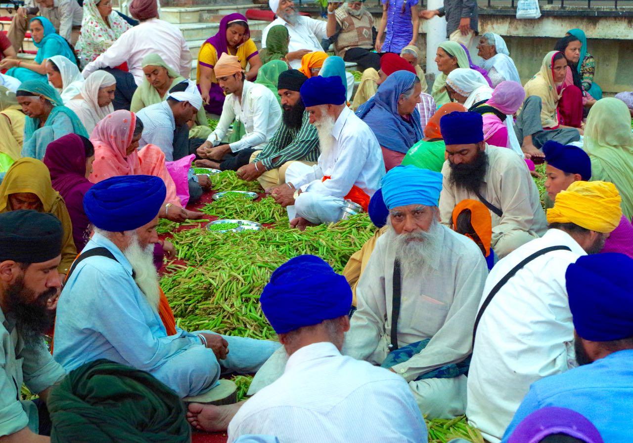 Auch als Tourist darf man helfen, Gemüse zu schneiden für die Gemeinschaftsverpflegung.