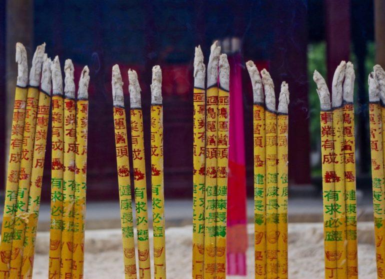 Zeremonie mit Räucherstäbchen in einem Tempel in Shanghai