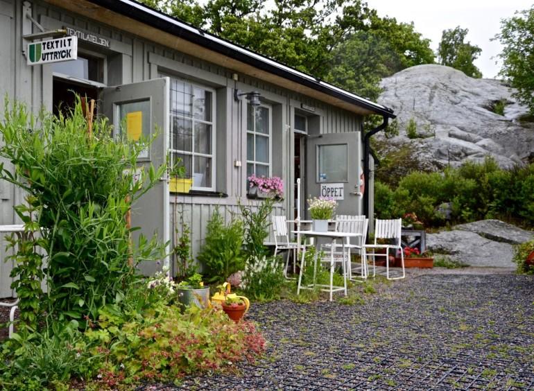 In Stockholms Schärengarten Fjäderholmen kann man in einem kleinen grauen Holzhäuschen Kunsthandwerk erstehen.