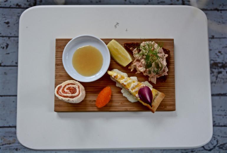 """In Stockholms Schärengarten Fjäderholmen serviert das Restaurant Roda Villan das Gericht """"Tre Svenska Smakers"""", eine Platte mit Krabbensalat, Lachsröllchen und einer Tarte mit Käse aus Västerbotten."""