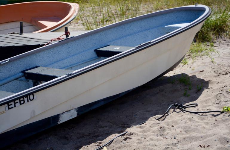Zwei Segelboote liegen am Sandstrand von Stockholms Schärengarten Sandhamn.