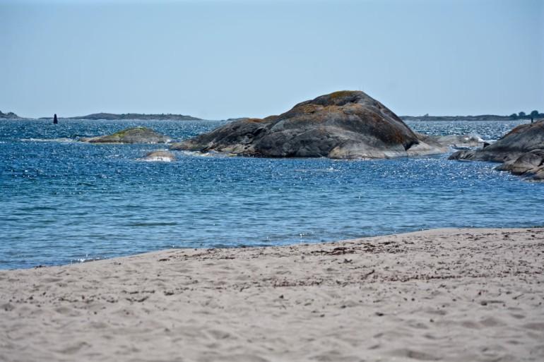 Bei den Schärengarten in Sandhamn befindet sich der Sandstrand Trouville mit Blick auf die Oststee.
