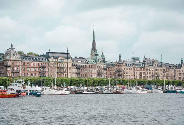 Ausblick vom Wasser auf Stockholms Gamla Stan, auf der Fähre Richtung Schärengarten.