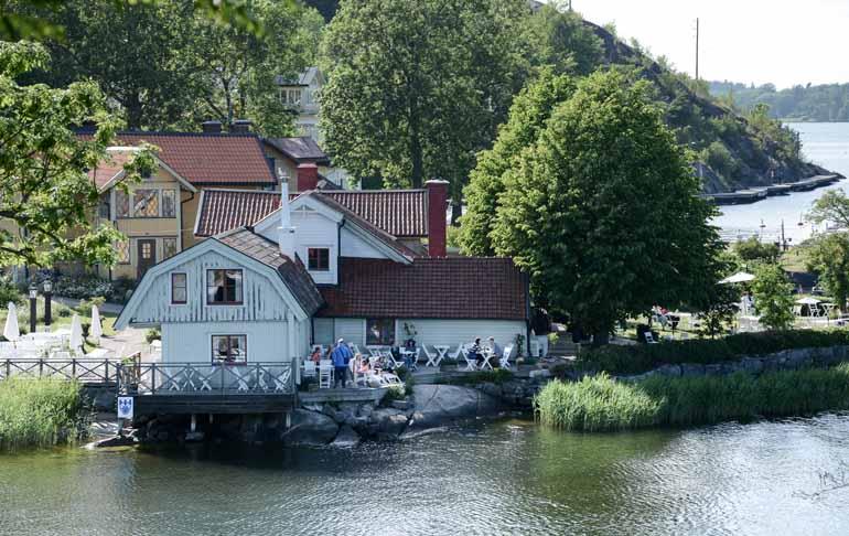 Ein Café am Wasser in der Stadt Vaxholm, im Schärengarten vor Stockholm.