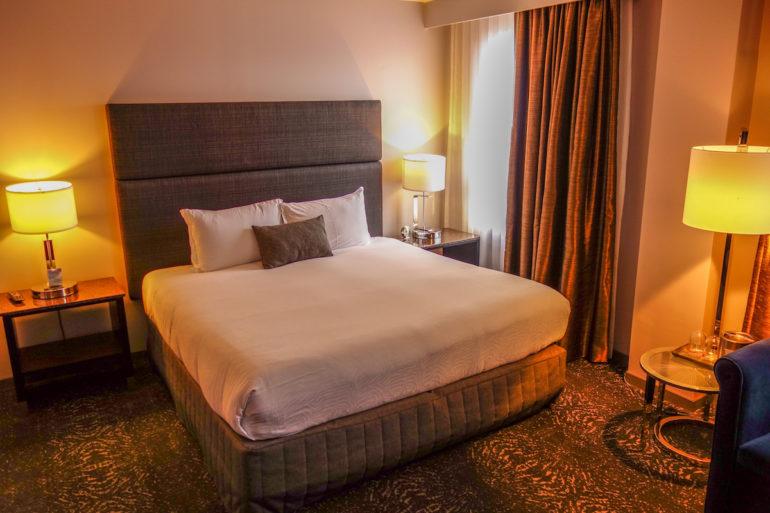 Das in Washington D. C. ansässige Carlyle Hotel verfügt über Zimmer die mit einem gemütlichen grauen Boxspringbett ausgestattet wurden.