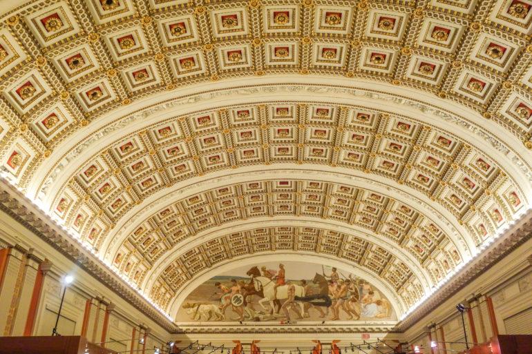 In der größten Bibliothek der Welt, der Library of Congress in Washington, USA, befindet sich eine riesige Kuppel aus Gold, Marmor und Wandmalereien im Main Reading Room.