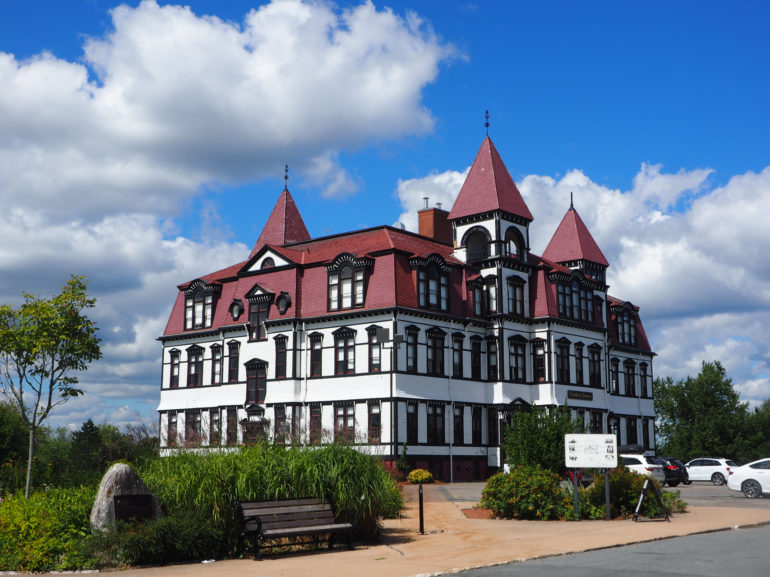 Travellers Insight Reiseblog Nova Scotia Leuchtturm Lunenburg Academy