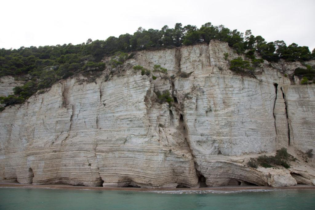 Die Kalksteinfelsen von Gargano ragen aus dem Meer hervor - auf der Apulien Rundreise sind sie definitiv einen Zwischenstopp wert.