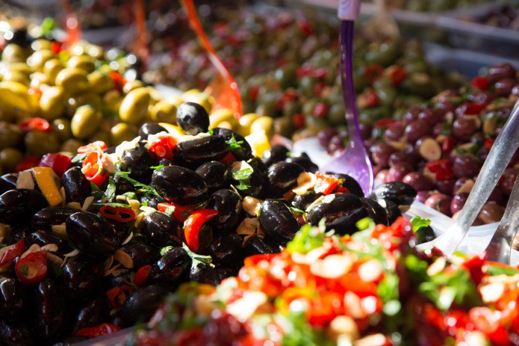 Auf dem Markt von Vieste in Apulien gibt es allerlei frische Leckereien - ein Muss auf der Rundreise durch Apulien.