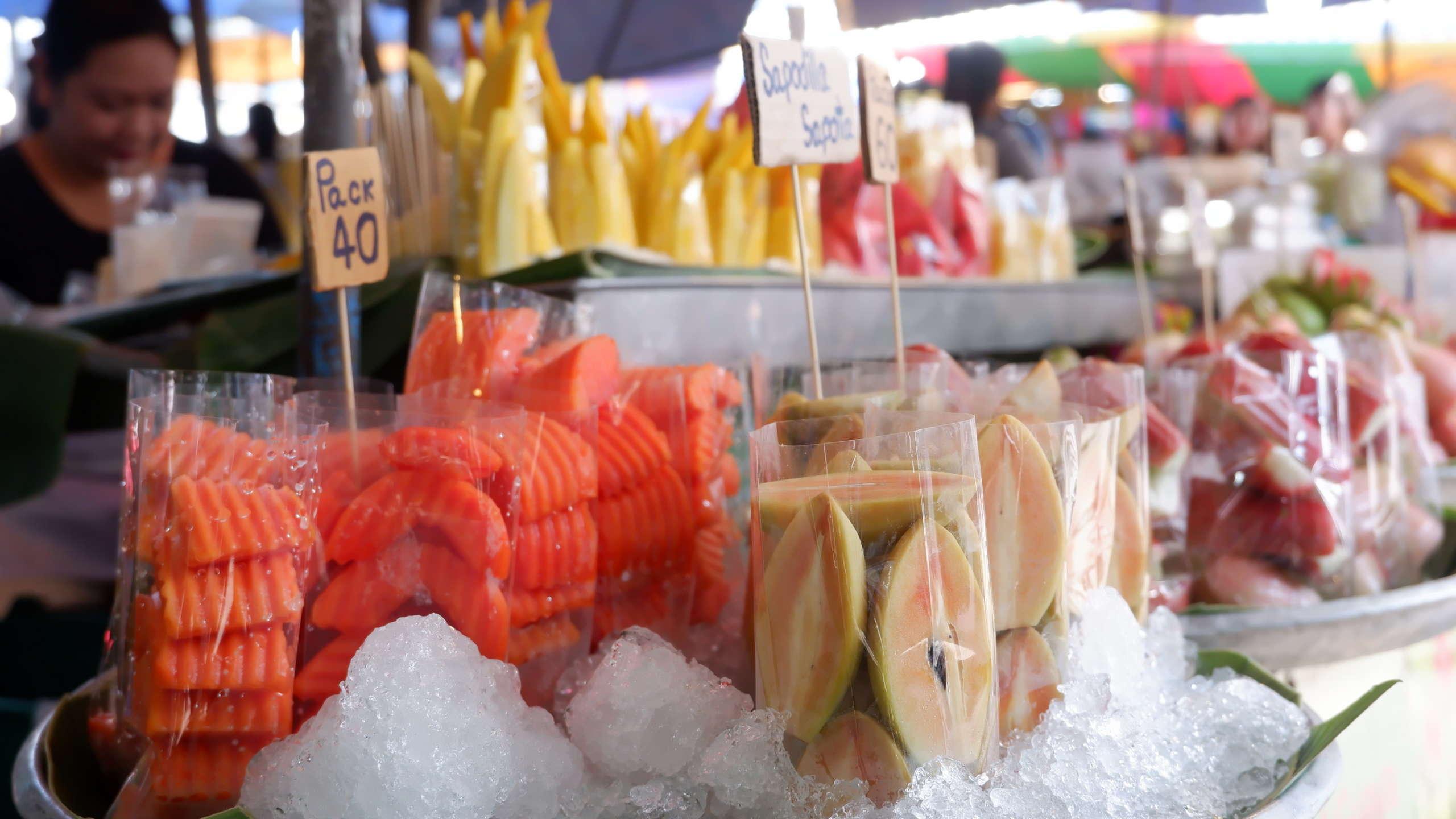 Ein Streetfood Stand mit Früchten in Asien
