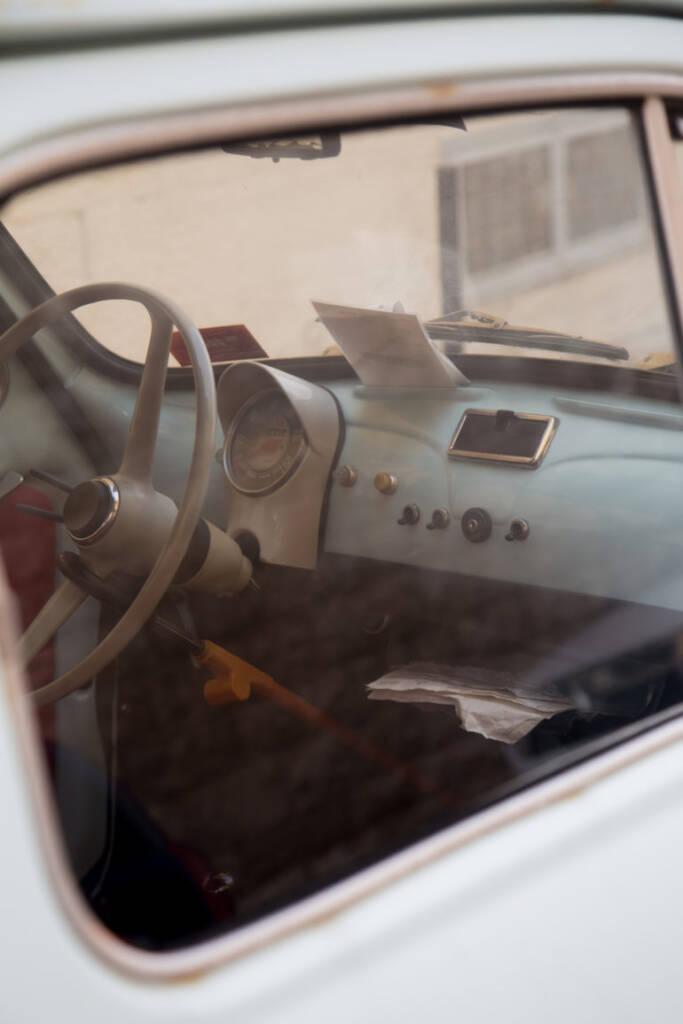 Das Innere eines Oldtimer Autos - man entdeckt sie überall in Bari, der Hauptstadt des italienischen Apulien.