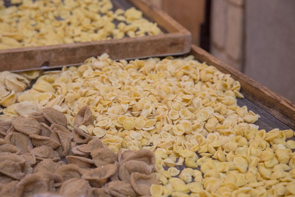 Selbsthergestellte Orecchiette, eine italienische Pastasorte, liegt auf Tabletts vor den Häusern von Bari.