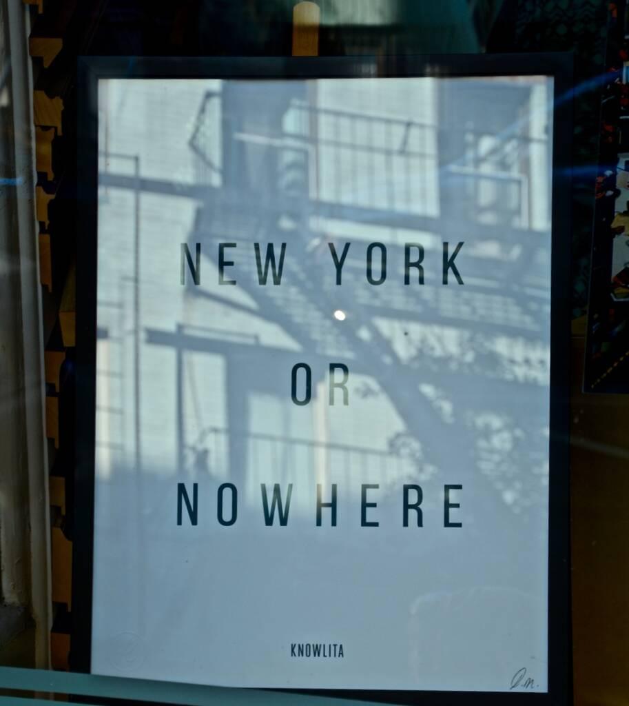 """Auf einem Bild, was man durch ein Fenster sieht, steht """"New York of Nowhere""""."""