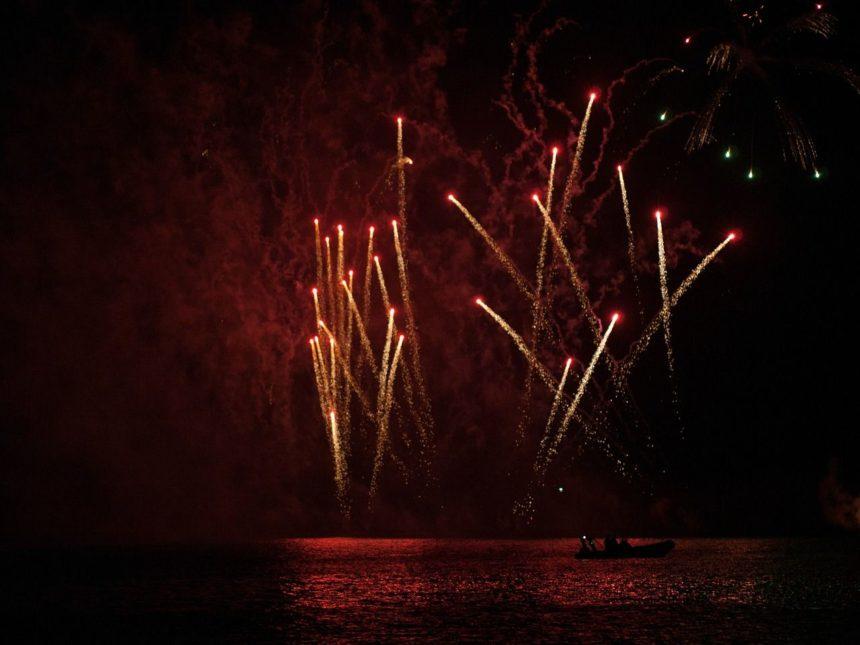 Travellers Insight Reiseblog Neujahrsbräuche Feuerwerk Boot