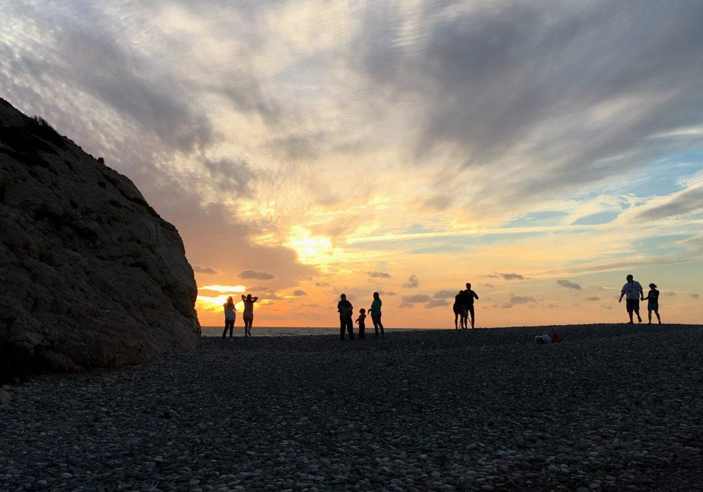 Der Sonnenuntergang taucht den Strand von Petra tou Romiou auf Zypern in goldenes Licht.