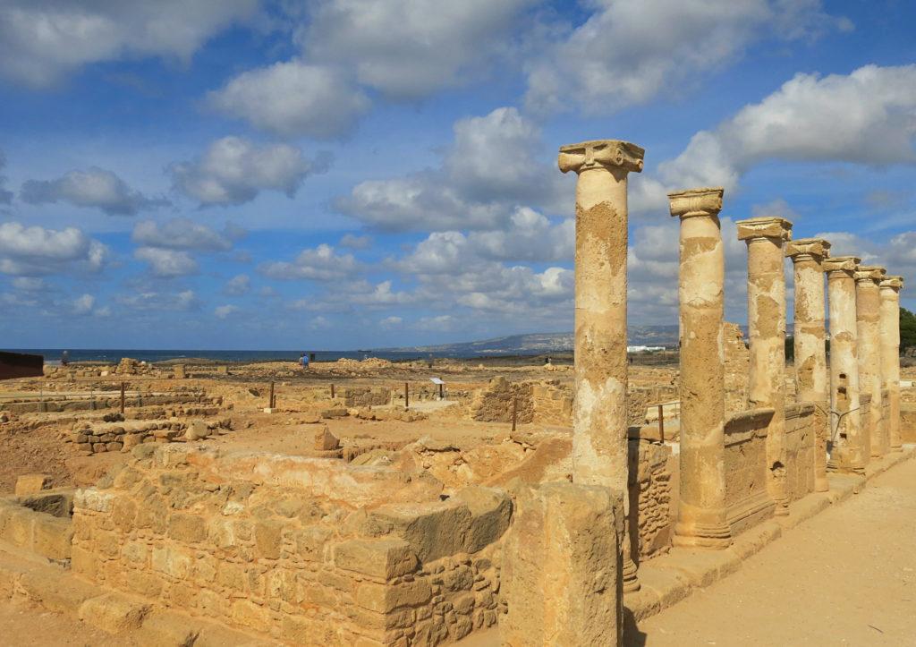 Ausgrabungen und historische Monumente im archäologischen Park von Paphos auf Zypern.