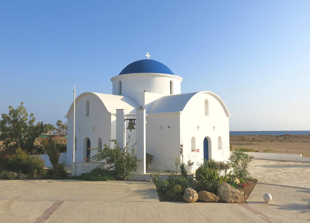 Eine blau-weiße orthodoxe Kapelle steht vor dem Strand von Paphos im Westen Zyperns.