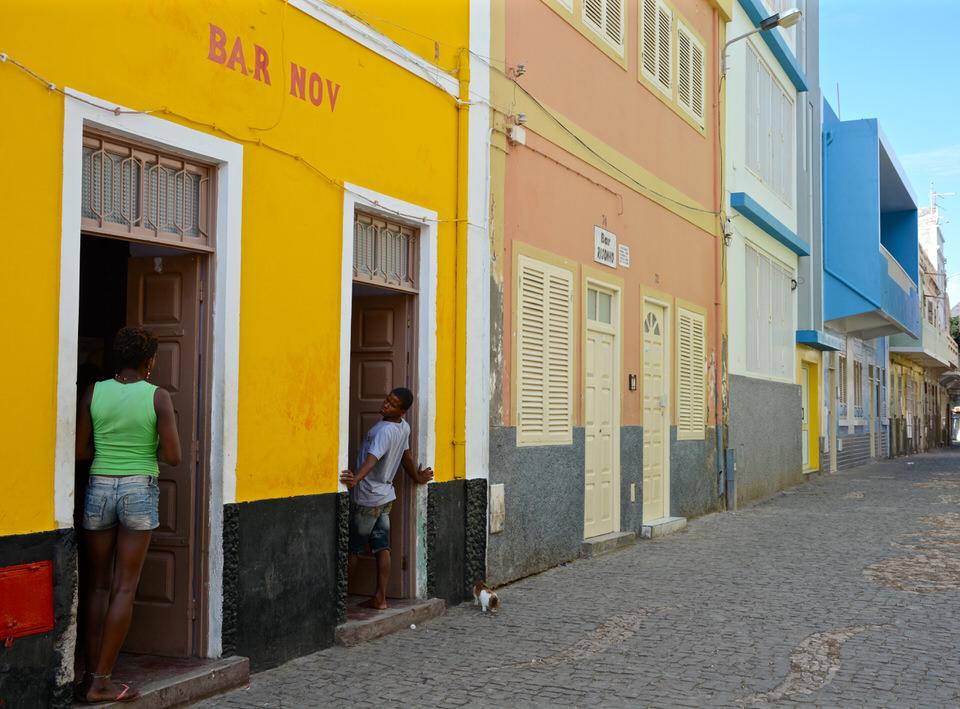 Auf den Kapverden in Sao Vicente Mindelo befinden sich zahlreiche Bars in denen allerlei kulinarische Köstlichkeiten und Live-Musik auf die Gäste wartet.