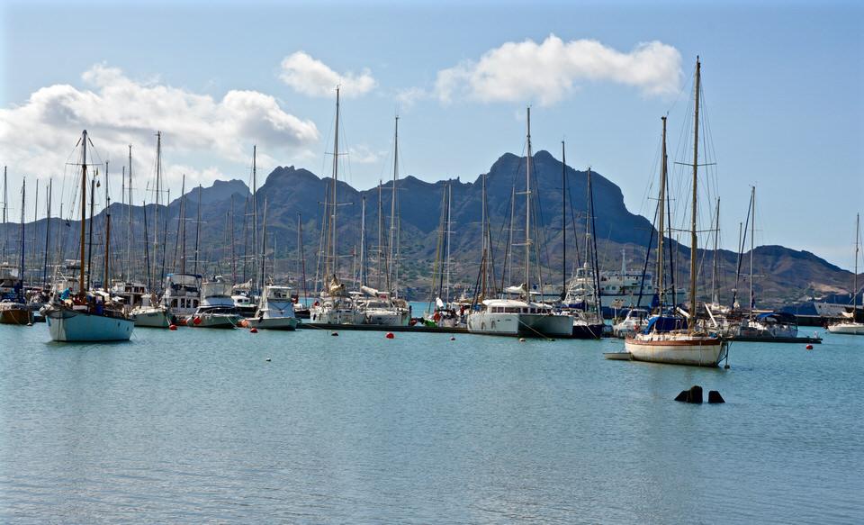 Auf den Kapverden wirkt der Yachthafen von Sao Vicente Mindelo Marina so, als wäre man an der französischen Riveria.