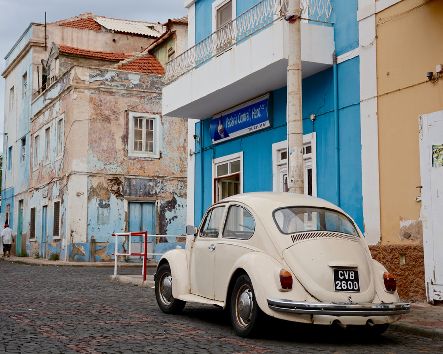 Die im verblassten Kolonialstil gestalteten Häuserwände in der Altstadt von Sao Vincente Mindelo üben noch immer einen Charme aus.