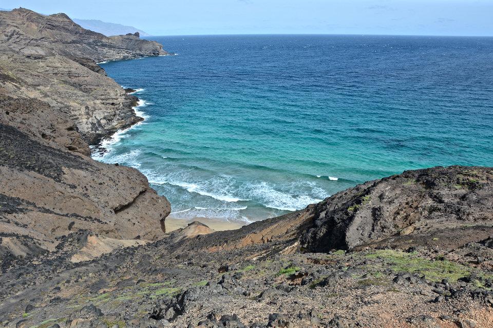 Auf einer Wanderung von Mindelo nach Salamansa auf den Kapverden entlohnt seine Besucher mit einem wunderschönen Blick auf das türkisfarbene Wasser des Atlantiks.