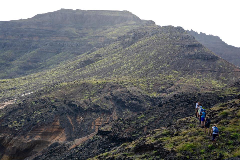 Ein Wanderweg von Mindelo Richtung Salamansa auf den Kapverden führt durch Vulkangestein.
