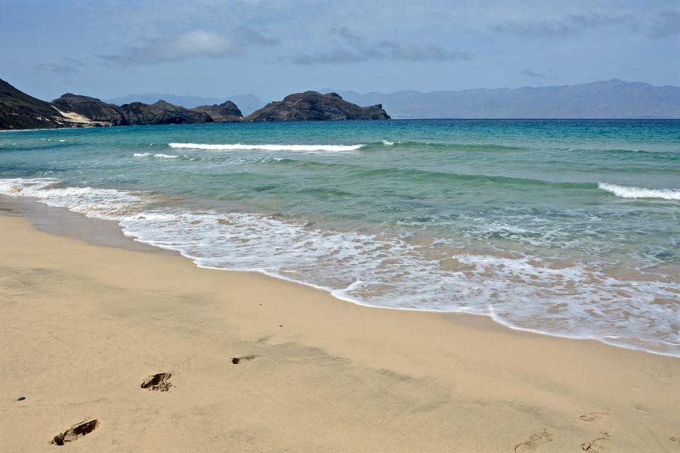 Die weite Bucht mit Sandstrand von Salamansa auf den Kapverden lockt Badebesucher und Kitesurfer gleichermaßen an.