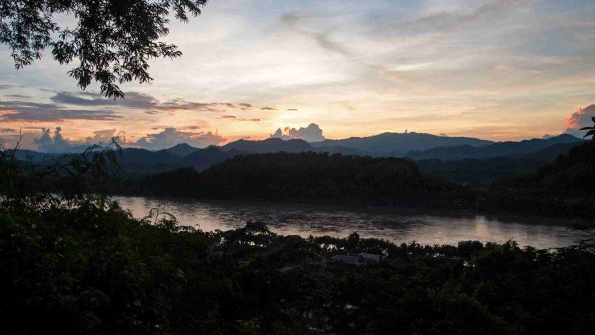 Laos Sehenswürdigkeiten Aussicht Mount Phou Si
