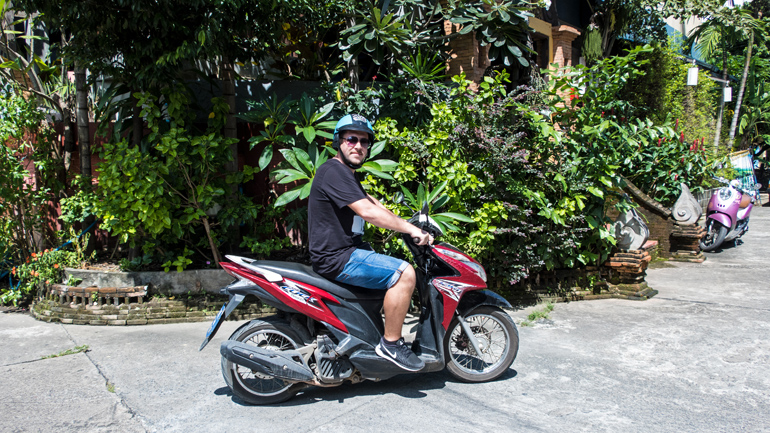 Mit dem Roller durch Chiang Mai: Ein Mann sitzt auf einem Roller in Thailand