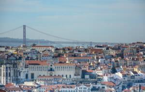 Die Brücke von Lissabon mit der Stadt im Vordergrund.