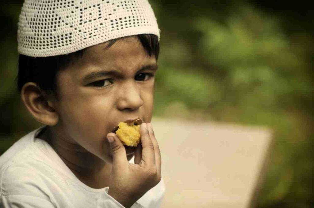 Auch der kleine Junge muss sich beim Essen bereits an die Vorschriften des Islam halten.