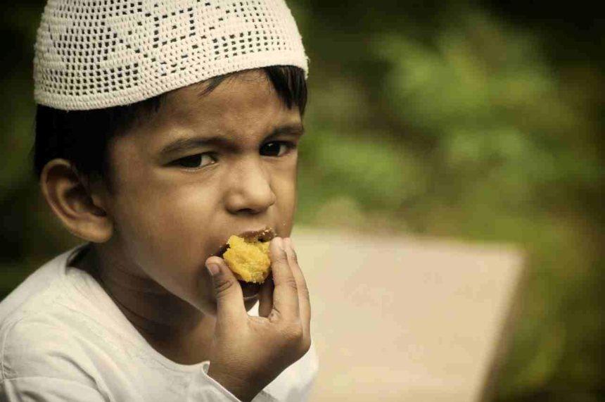 Travellers Insight Reiseblog Speisevorschriften Junge mit Gebäck
