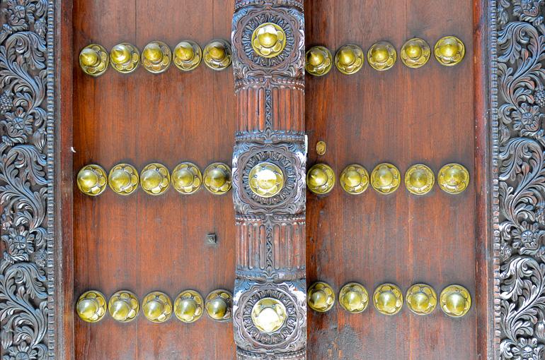 Travellers Insight Reiseblog Tansania Sansibar verzierte Tür