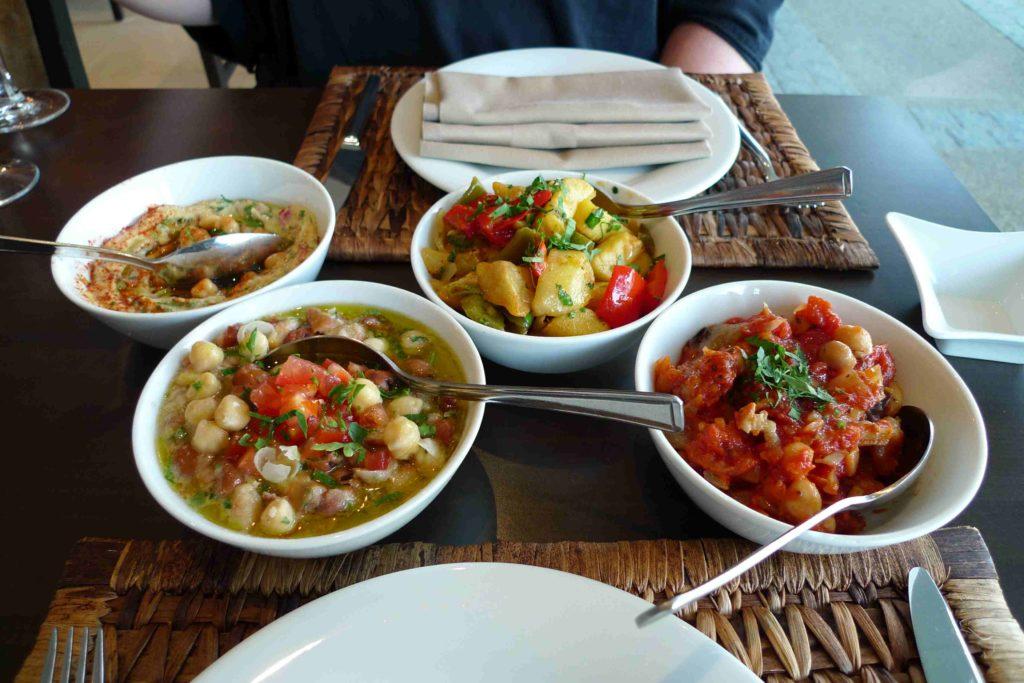 Mezze, mehrere kleine Vorspeisen, sind beliebte Speisen z.B. im Nahen Osten.