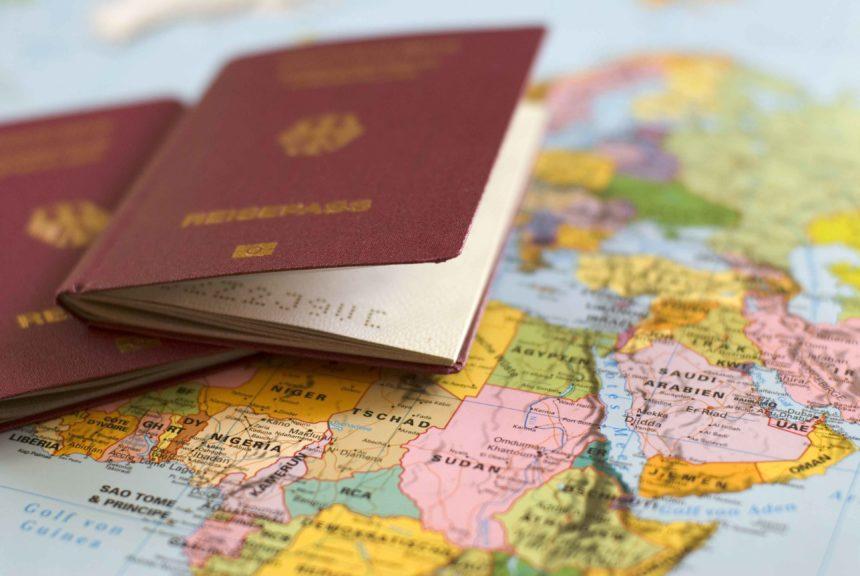 Travellers Insight Reiseblog Weltreise vorbereiten Weltkarte mit Reisepass