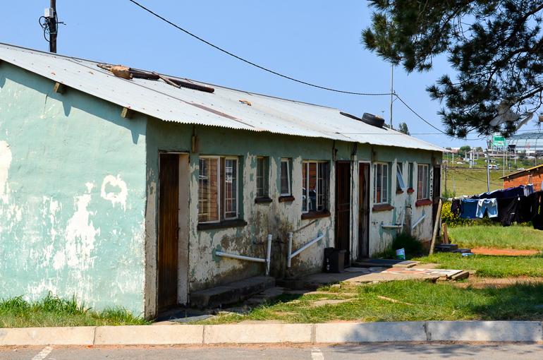 Ein Häuschen mit Wellblechdach und bröckelnder Fassade in Soweto, Johannesburg.
