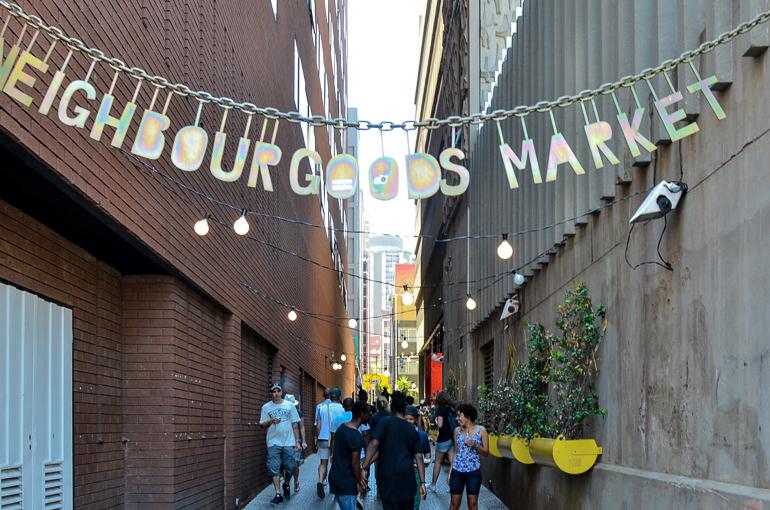 In einer kleinen Gasse zwischen Hochhäusern befindet sich in Johannesburg der Neighboursgoods Market.