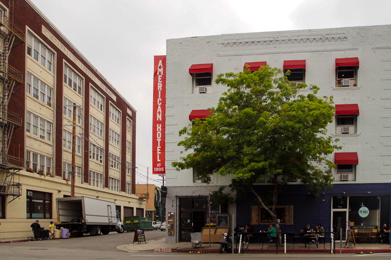 Im Art District von Los Angeles lässt es sich neben Fabrikgebäuden und ausgefallenen Graffitis auch hippe Cafes entdecken.