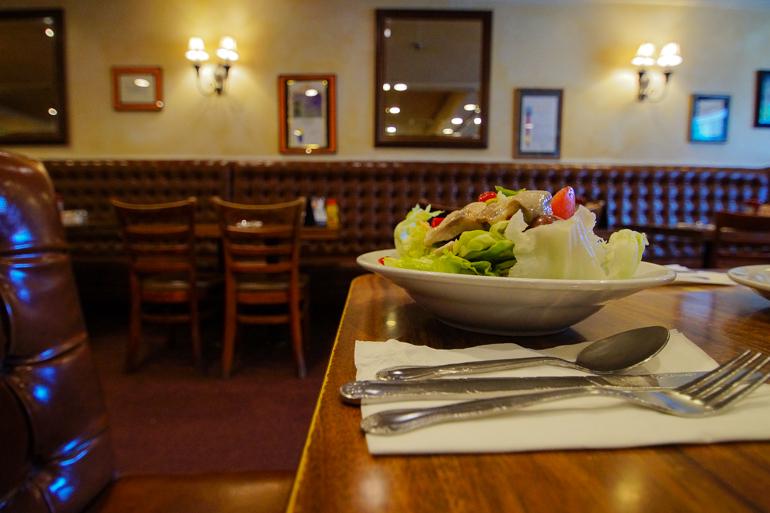 Im Restaurant Nate´n Al Diner in Beverly Hills, Los Angeles gibt es leckere Salate serviert.