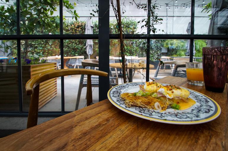 Im Comissary Cafe in Koreatown, Los Angeles, kommt neben bunt gemixten Tellern und Servietten frisches und gesundes Frühstück auf den Tisch.