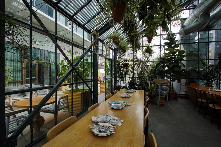 In Koreatown befindet sich das Cafe Commissary Panorama des Line Hotels, hier lässt es sich inmitten von Pflanzen hervorragend frühstücken.