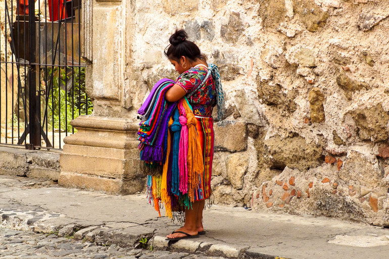 Travellers-Insight-Reiseblog-Guatemala-Rundreise-Antigua-Stoff-Verkaeuferin
