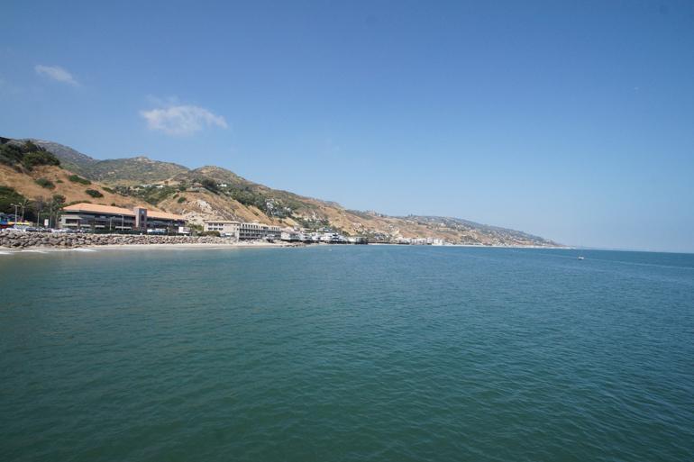 Eine Bucht mit Strand und blauem Wasser.