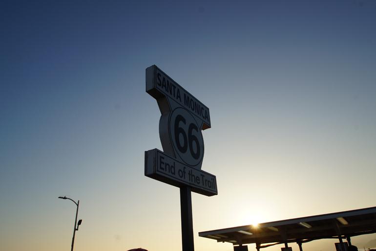 Ein Straßenschild mit der Zahl 66 darauf.