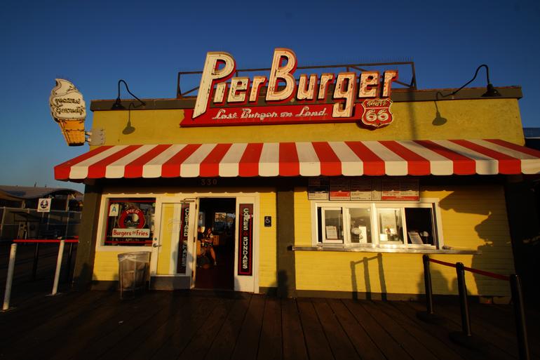 Ein gelbes Burger Haus von außen.