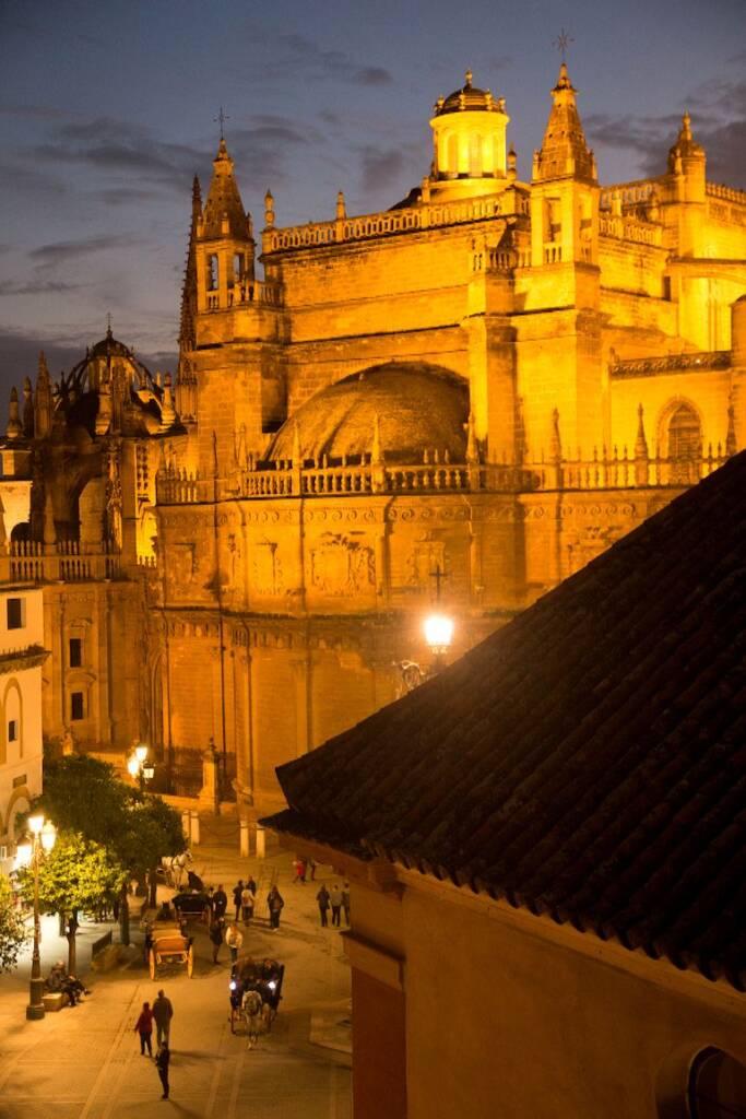 Die Dachterrasse vom Hotel Doña Maria in Sevilla hat einen wunderschönen Ausblick auf die Kathedrale.