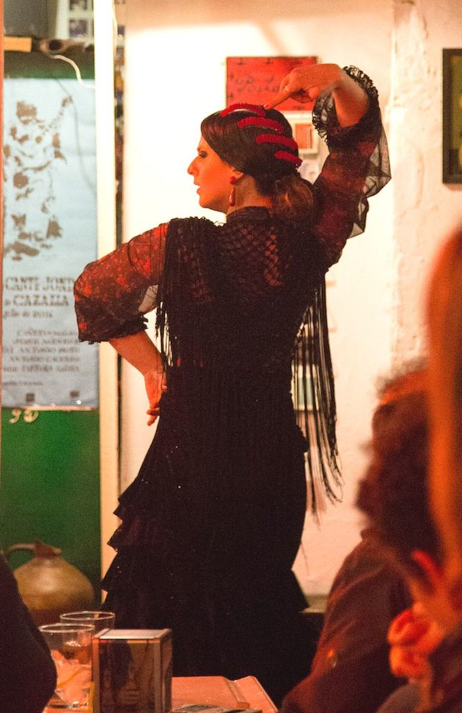 Eine Tänzerin bringt ihre Gefühle beim Flamenco zum Ausdruck.