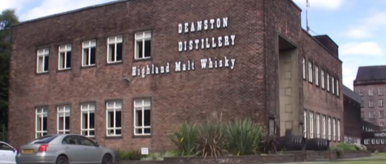 Die Hausfassade in Backstein und weißen Fenstern der Brennerei Deanston steht in Schottland.