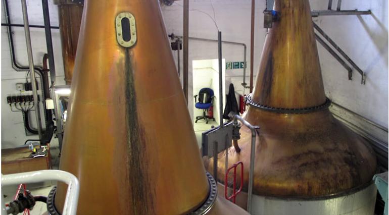 Kupferne Blasen auf den Tanks der Whiskybrennerei Loch Lomond Stills in Schottland sind für den Geschmack des Whiskys verantwortlich.